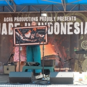 laura-teaches-about-indonesia-to-the-crowd