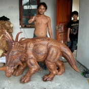 balinese-carver-with-amazing-animal