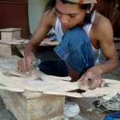 inlay-shell-in-wood-lombok-artist